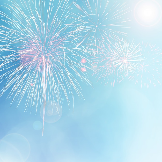 Fogos de artifício coloridos sobre fundo azul bokeh com reflexo de lente