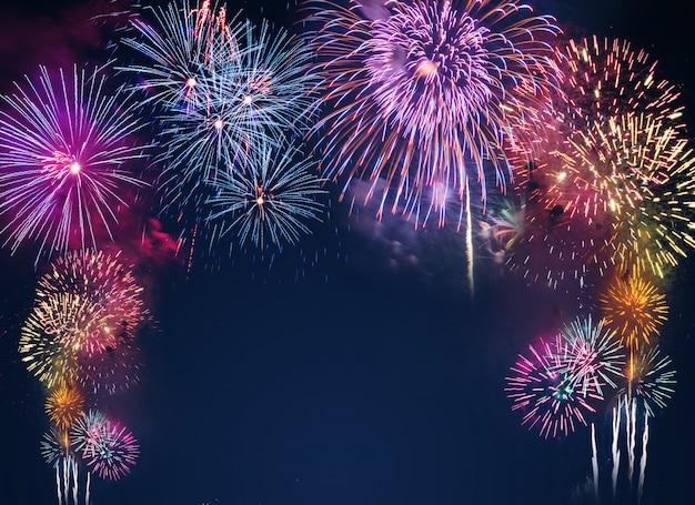 Fogos de artifício coloridos sobre o fundo do céu negro