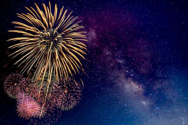Fogos de artifício com desfoque de fundo da via láctea
