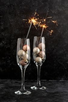 Fogos de artifício com duas taças de vinho, fundo de natal