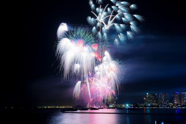 Fogos de artifício com linda à noite.