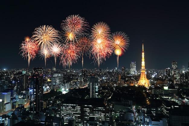 Fogos de artifício comemorando ao longo da paisagem urbana de tóquio à noite