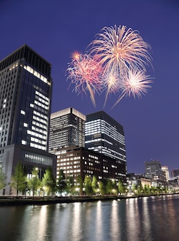 Fogos de artifício comemorando ao longo da paisagem urbana de tóquio em quase