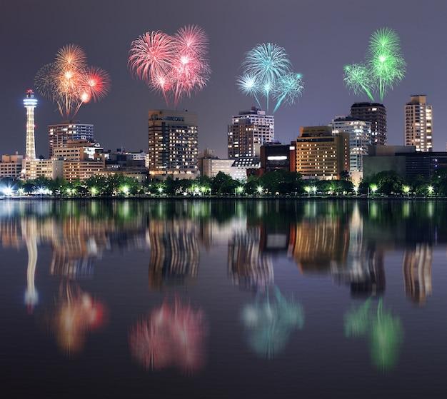 Fogos de artifício comemorando ao longo da paisagem urbana de yokohama à noite