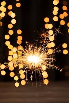 Fogos de artifício de ângulo baixo na noite de aniversário de ano novo