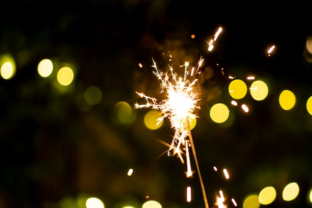 Fogos de artifício de mão pequeno diamante, comemorando no festival de natal e ano novo.