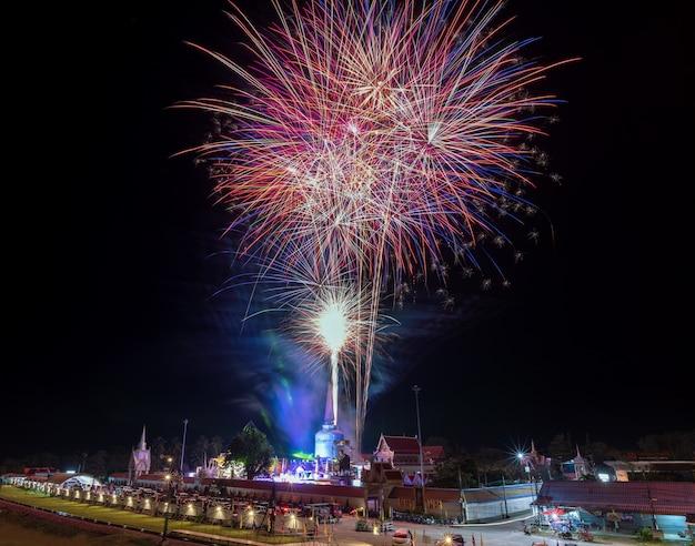 Fogos de artifício de wat tratnoi nakhon si thammarat tailândia