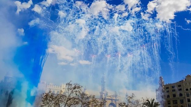 Fogos de artifício disparados em um mascleta fallas durante o dia.