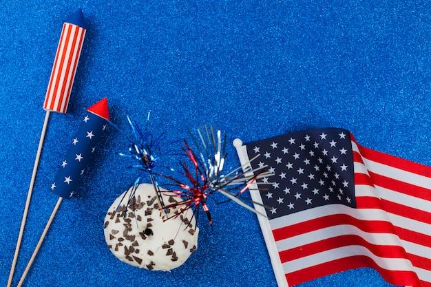 Fogos de artifício e bolo para o dia da independência