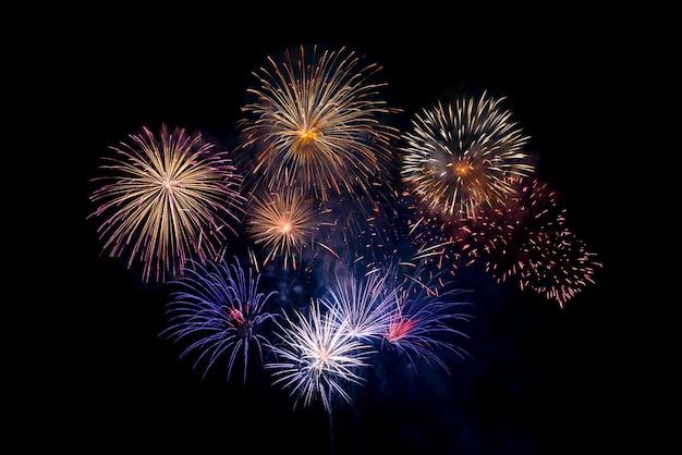 Fogos de artifício em fundo preto, conceito de comemoração do feriado