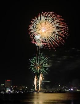 Fogos de artifício em uma praia tailandesa