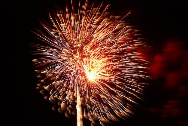 Fogos de artifício feriado colorido vermelho sobre o fundo do céu negro.