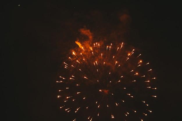 Fogos de artifício festivo ouro close-up em um preto