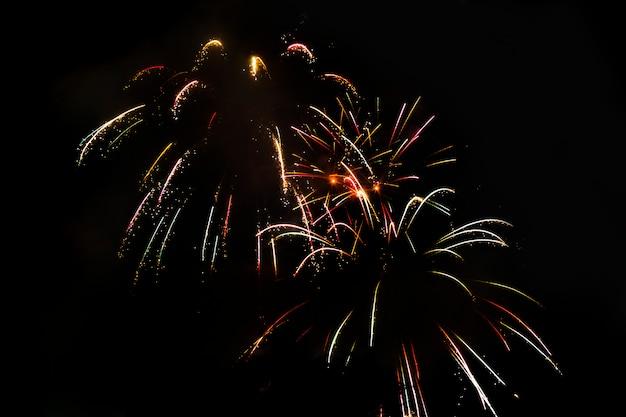Fogos de artifício festivos isolados impressionantes em um escuro