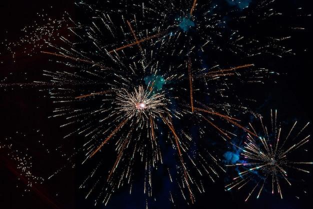 Fogos de artifício festivos na cidade à noite