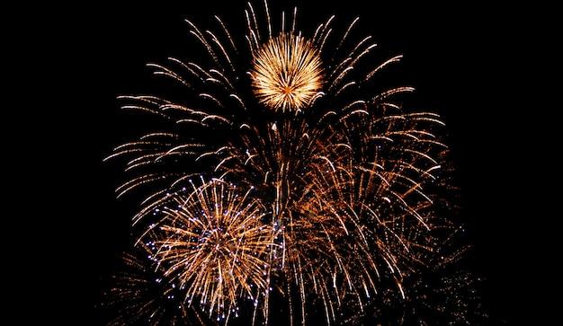 Fogos de artifício glod brilham no céu da noite