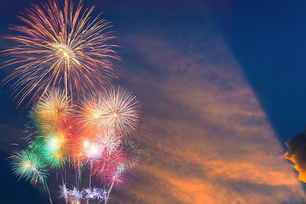 Fogos de artifício iluminam o céu, celebração do ano novo