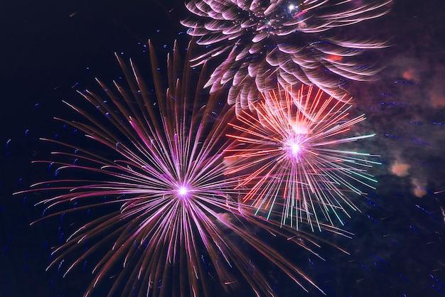 Fogos de artifício iluminam o céu colorido fundo de fogo de artifício