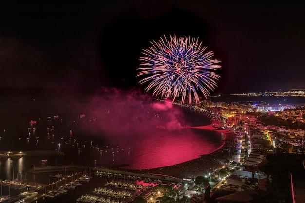 Fogos de artifício impressionantes acima dos blanes na catalunha. espanha