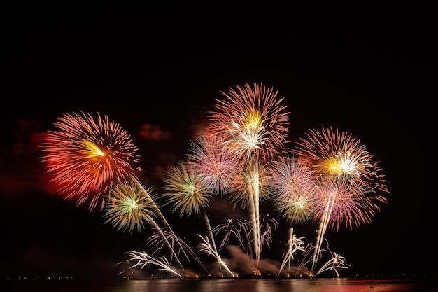 Fogos de artifício linda celebração festival colorido contagem regressiva feliz natal feliz ano novo céu escuro brilho brilhante aniversário alegre