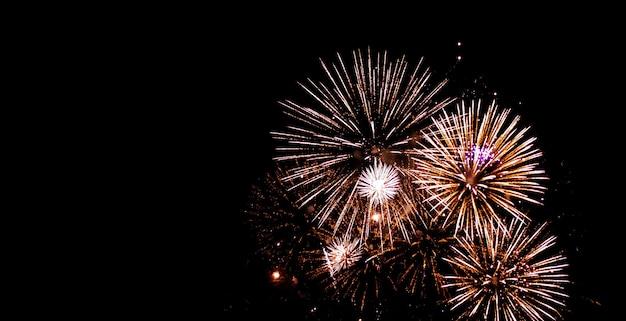 Fogos de artifício lindos brilham céu cheio à noite