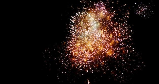 Fogos de artifício lindos brilham no céu noturno