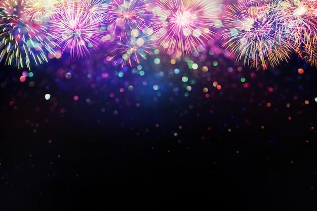 Fogos de artifício lindos e efeito de iluminação de bokeh de brilho colorfull turva abstrato