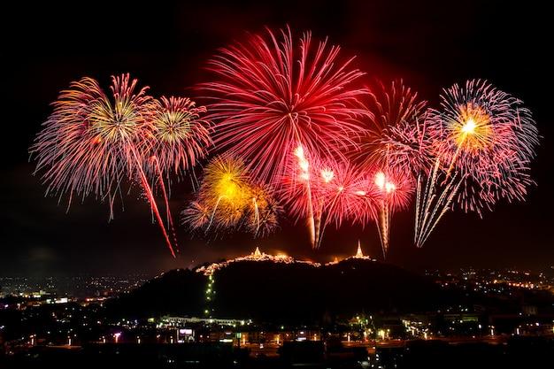 Fogos de artifício mostram à noite no phra nakorn kiri (khao wang) em petchaburi, tailândia