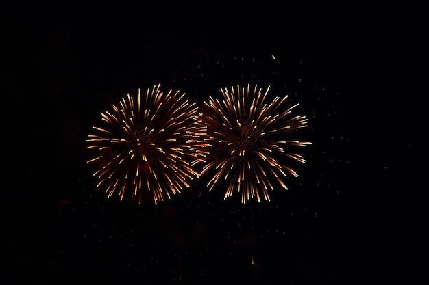 Fogos de artifício multicoloridos borrados iluminam o céu escuro da noite. fogos de artifício festivos. desfoque claro