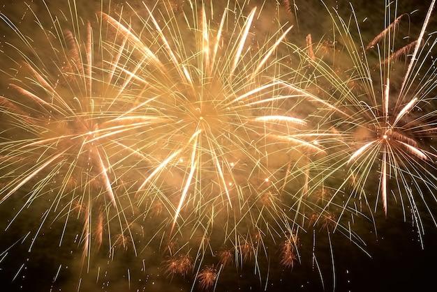 Fogos de artifício natalinos coloridos amarelos no céu negro