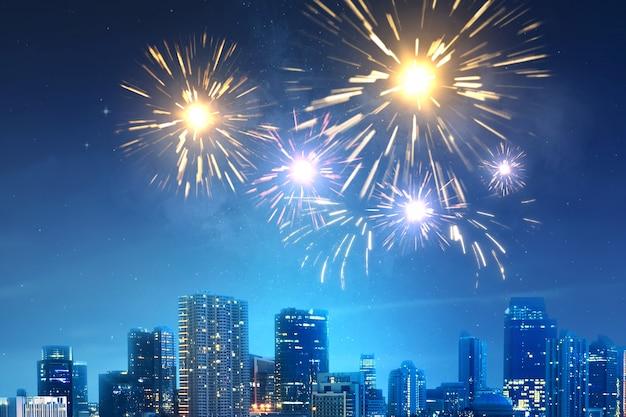 Fogos de artifício no céu na cena noturna