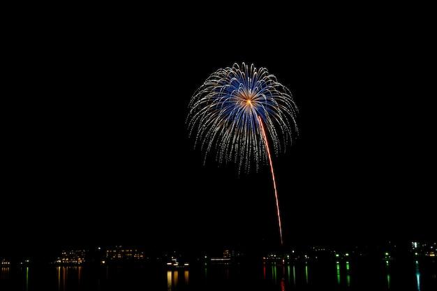 Fogos de artifício no meio da noite.