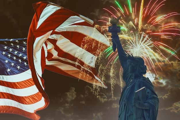 Fogos de artifício para a celebração do dia da independência em 4 de julho, a estátua da liberdade