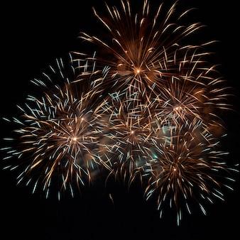 Fogos de artifício, saudação no céu negro