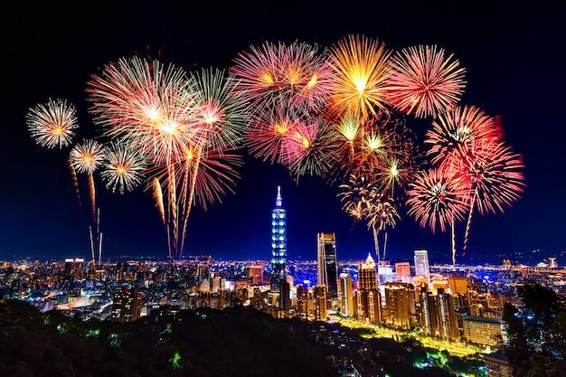 Fogos de artifício sobre a paisagem urbana de taipei à noite, taiwan
