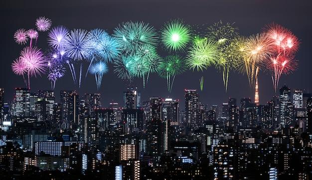 Fogos de artifício sobre a paisagem urbana de tóquio à noite, japão