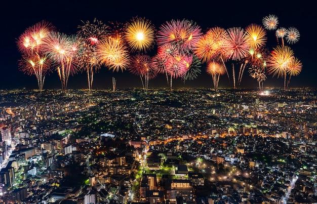 Fogos de artifício sobre a paisagem urbana de yokohama à noite, japão