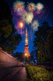 Fogos de artifício sobre a torre de tóquio no crepúsculo em tóquio, japão