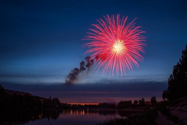Fogos de artifício sobre o lago à noite