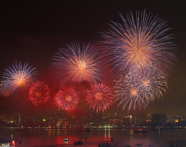 Fogos de artifício sobre o lago durante o festival.
