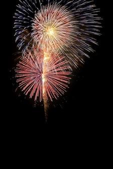 Fogos de artifício sobrepõem cores