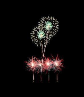 Fogos de artifício verdes e vermelhos isolados em fundo preto