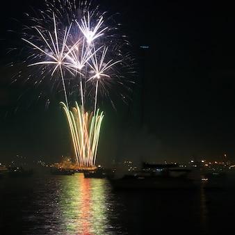 Fogos de artifício vermelhos coloridos no céu negro