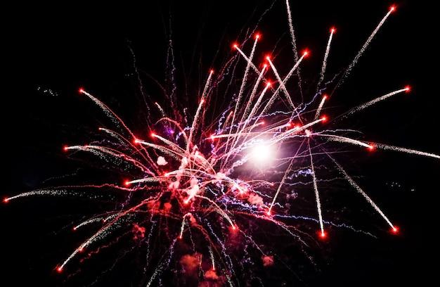 Fogos de artifício vermelhos no céu em fundo preto
