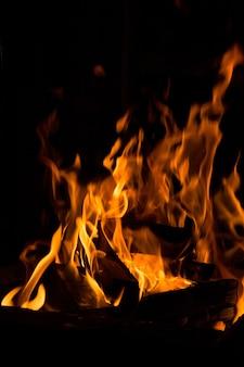 Fogueira de acampamento à noite, queimando troncos de madeira