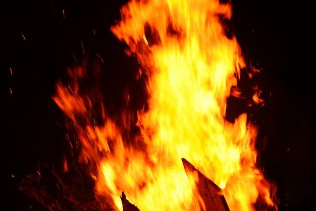 Fogueira de fogueira de noite fogueira a lenha em preto escuro
