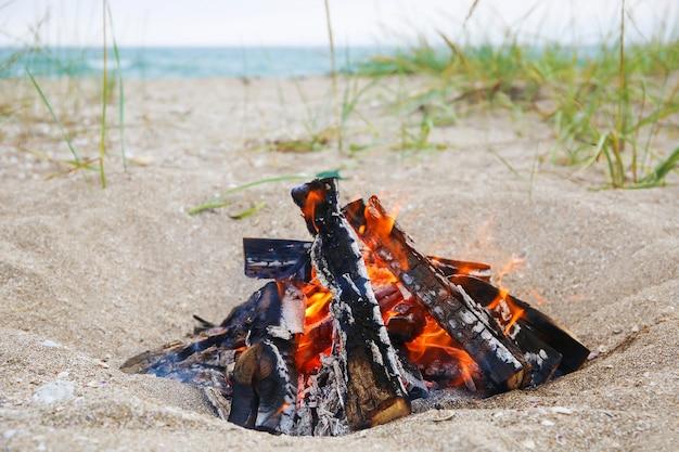 Fogueira na praia. conceito de férias de verão.