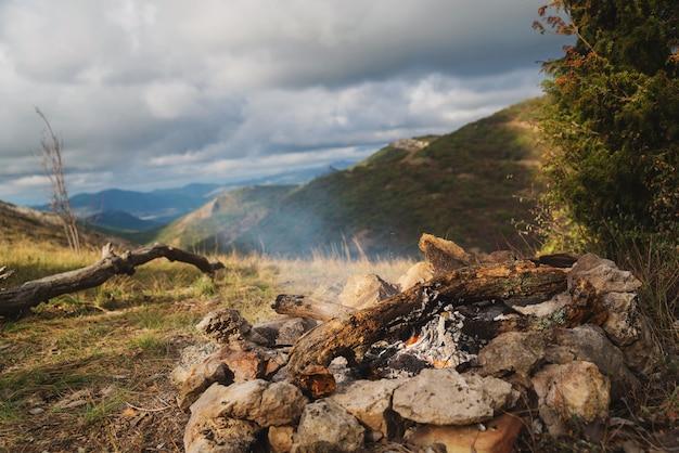 Fogueira nas montanhas no acampamento na caminhada, beleza, natureza, recreação ativa, caminhada, meditação, relaxamento