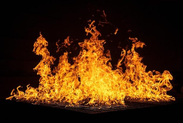 Fogueira queimando no preto