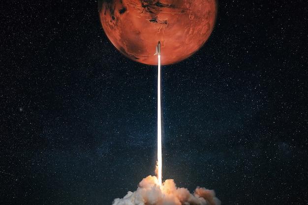 Foguete com explosão e fumaça decola para o conceito de planeta vermelho marte marte. a nave espacial decola para explorar outros planetas. lançamento do foguete